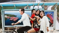 <p>Biar makin seru, Kirana dan Kyo minta bonceng sepeeda dulu sama Pak Jokowi. He-he-he. Ini cuma foto sama replika patungnya saja ya, Bun, yang dipajang di Bandara Ngurah Rai, Bali. (Foto: Instagram/ @kiranalarasati)</p>
