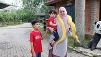 <p>Wah, Bunda Risty berani banget nih foto sama ular. (Foto: Instagram @ristytagor)</p>
