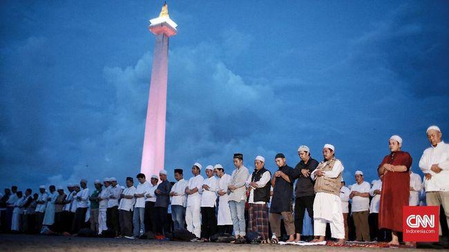 Penyelenggara mengaku tak ada unsur politik di Malam Munajat 212, namun pose dua jari dan teriakan Prabowo-Sandi terdengar di acara yang digelar di Monas itu.