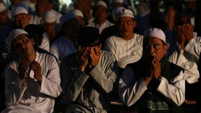 Kawasan monas dipenuhi massa yang mengikuti gelaran Malam Munajat 212, sebagian mereka hadir untuk mendoakan Pemilu 2019 lancar.