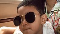 <p>Kirana mengajak anak semata wayangnya liburan ke Pulau Dewata. Diungkapkan Kirana, liburannya sukses karena Kyo <em>happy</em> banget selama di sana. Enggak ketinggalan pose dulu pakai kacamata hitam. He-he-he. (Foto: Instagram/ @kiranalarasati)</p>
