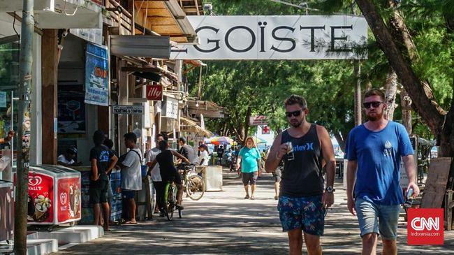 Sejumlah wisatawan asing dari Eropa, Amerika, dab Australia berkeliling di Gili Trawangan, Kamis (21/2). Setelah gempa mengguncang Lombok dan Trawangan tahun lalu, penduduk setempat mengaku mengalami pengurangan wisawatan hingga ribuan.