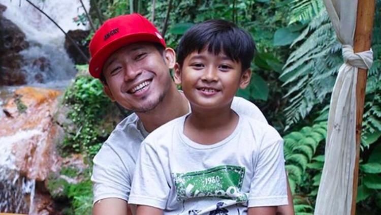 Anak Denny Cagur terjebak di lift bersama teman-temannya. Untungnya, bocah bernama Abi ini berani dan bisa tenang sampai situasi teratasi.