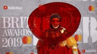 FOTO: Selebriti Berbusana Terburuk di Brit Awards 2019