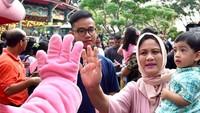<p>Jan Ethes jadi enggak takut bertemu badut deh karena berada di gendongan nenek tercinta, Iriana Jokowi. (Foto: Instagram/ @janethesfans)</p>