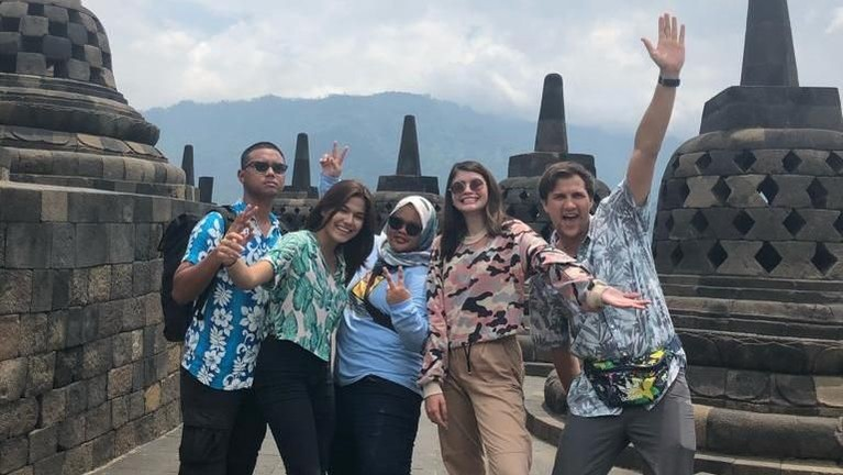 Celebrity On Vacation juga akan mengelilingi Mangelang. Kita akan mengunjungi Borobudur, tempat bersejar sekaligus paling ikonik di sana.