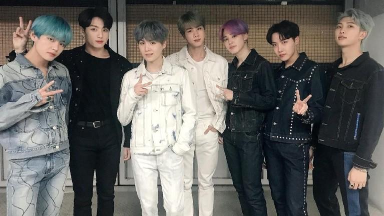Jadi grup ternama dunia, sudah menjadi salah satu resiko untuk BTS memiliki beberapa fans fanatik. Berikut beberapa kasus sasaeng yang pernah dialami BTS.