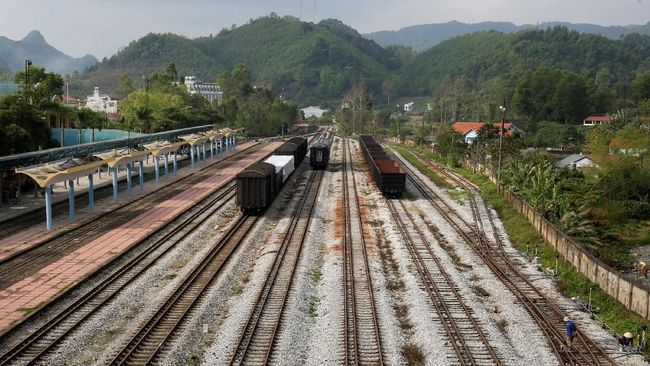 Setiap satu hari sekali ada kereta yang melayani perjalanan pulang pergi via Nanning - Hanoi dan Beijing - Hanoi.