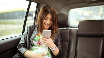 Melahirkan di Mobil, Sekeluarga Gratis Naik Grabcar Seumur Hidup