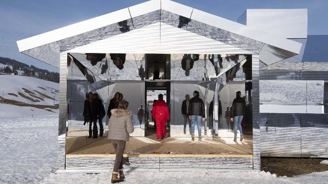 Seniman asal Amerika, Doug Aitken, membangun rumah bertembok kaca di area bersalju Gstaad.