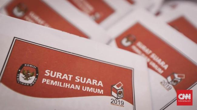 Puluhan orang menempati posnya masing-masing di GOR Pancoran untuk melipat surat suara khusus Dapil DKI Jakarta 2 untuk Pemilihan Legislatif di Pemilu 2019.