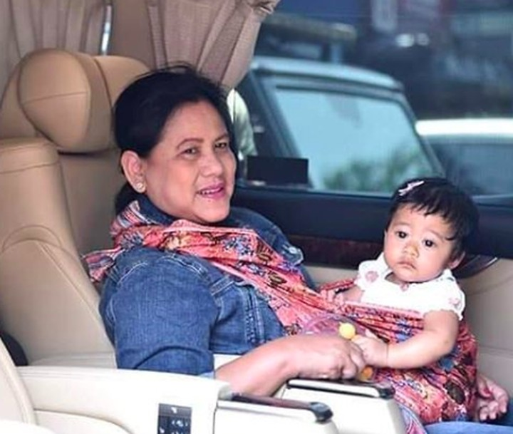 Layaknya seorang nenek, istri Presiden Jokowi, Iriana juga momong cucu lho.