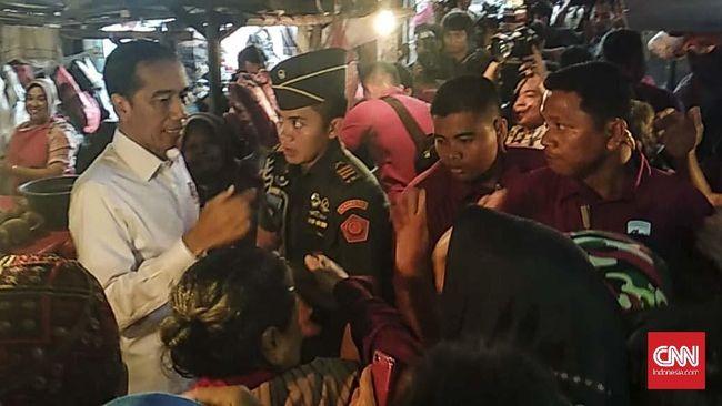 Berkunjung ke Pasar Minggu, Jokowi membeli beberapa komoditas, di antaranya kedondong, dua ekor ayam, jeruk peras, jeruk nipis hingga ikan gabus.