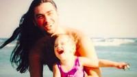 <p>Throwback saat Dua Lipa masih balita diajak ayahnya ke pantai. Sampai sekarang, mereka masih sering foto berdua, lho. (Foto: Instagram @dukagjinlipa)</p>