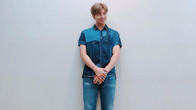 RM juga memiliki banyak projek solo. Bahkan pria bernama lengkap Kim Namjoon itu pernah berduet dengan beberapa musisi seperti Warren G hingga Fall Out Boy.