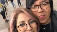 <p>Kalau dilihat-lihat, Ari Lasso hobi pose melet ketika foto bareng istri tercinta nih. (Foto: Instagram/ @vitta_dessy)</p>