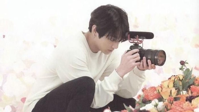 Pria 21 tahun ini juga disebut jago dalam hal fotografi, merekam video hingga editing. Wah gimana ARMY nggak terpesona sama Jungkook nih.
