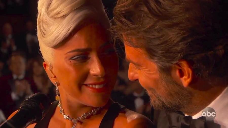 Lady Gaga-Bradley Cooper Berduet Mesra, Beneran Jatuh Cinta?