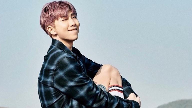Kemampuan rapper RM sempat dianggap sebelah mata. Bahkan di awal debut, alasan RM selalu menggunakan kacamata hitam adalah karena ia kurang percaya diri dengan penampilannya.