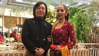 <p>Kompak! Suami dan istri sama-sama kece pakai baju adat Jawa. (Foto: Instagram/ @ari_lasso) </p>