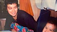 <p>Belum lama ini, Sophia mengunggah foto bersama Eva yang diambil 25 tahun lalu. Seingat Sophia, foto tersebut diambil di sebuah tempat, entah di Jerman atau Belanda. Kala itu rambut Sophia dipotong sangat pendek lho. Bahkan dia menyebutnya sebagai gaya Justin Bieber. Hi-hi-hi. (Foto: Instagram @sophia_latjuba88)</p>