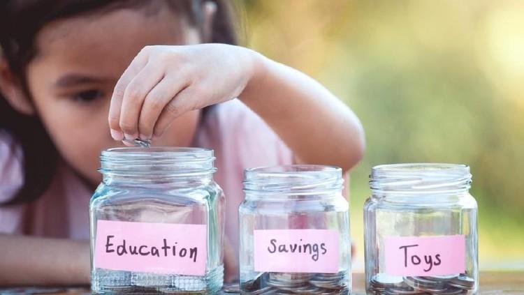 Belajar mengatur keuangan bisa dimulai dari uang saku lho, Bun. Simak tipsnya yuk, agar si kecil bisa hemat.
