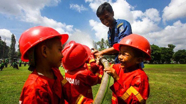 Di antara semua kegiatan, bermain air dari selang pemadam kebakaran jadi sesi yang paling ditunggu anak-anak TK yang datang sebagai peserta.