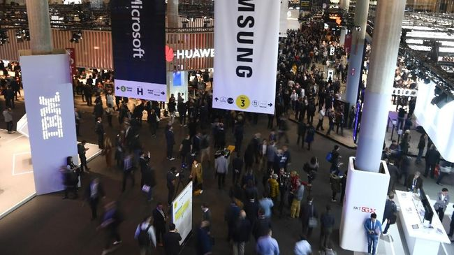 Visitors attend the Mobile World Congress (MWC) in Barcelona on February 25, 2019. - Phone makers will focus on foldable screens and the introduction of blazing fast 5G wireless networks at the world's biggest mobile fair starting February 25 in Spain as they try to reverse a decline in sales of smartphones. (Photo by GABRIEL BOUYS / AFP)