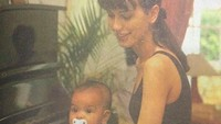 <p>Tak hanya sang mama, Eva juga menyimpan foto kenangan saat bayi. Ternyata sejak masih balita, Eva sudah senang mengutak-atik piano, Bun. Pantas kemampuan bermusiknya keren ya! (Foto: Instagram @evacelia)</p>