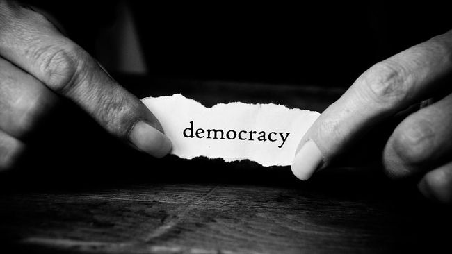 Aktivis demokrasi dan pengamat menyangsikan Jokowi berani mengkonkretkan wacana revisi UU ITE dengan menghapus pasal-pasal karet.