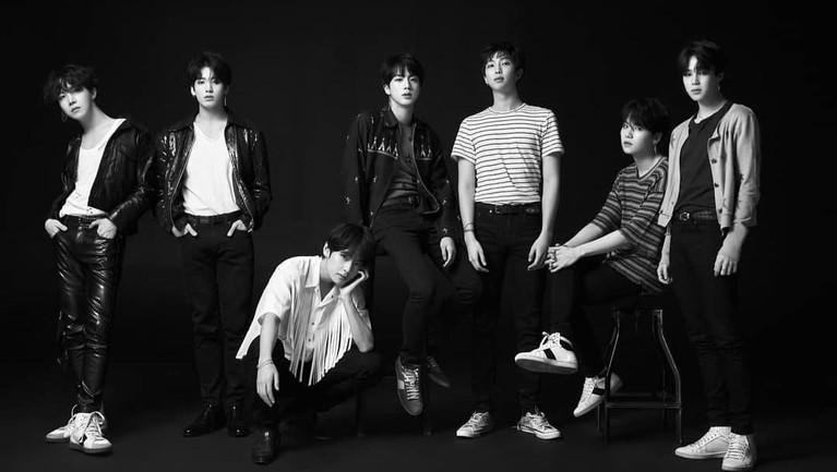 Sudah tak perlu diragukan lagi. BTS mampu memenangkan lebih dari 55 piala. Bahkan terakhir, BTS menjadi tamu dan ditunjuk untuk membacakan salah satu nominasi di ajang Grammy Awards 2019.
