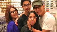 <p><em>Another quality time with family.</em> Semoga sekeluarga sehat selalu ya. (Foto: Instagram @gunawan_sudrajat_real)</p>