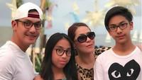 <p>Dari sekian banyak foto yang diunggah di media sosial, foto keluarga lengkap seperti ini jumlah cukup banyak, lho. (Foto: Instagram @gunawan_sudrajat_real)</p>