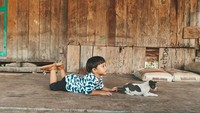<p>Hore! Ulang tahun kedua Kawa dirayakan bersama anak-anak Sekolah Dasar Inpres Hiliwuku, Sumba Timur. (Foto: Instagram/andienaisyah)</p>