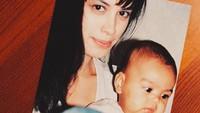 <p>Pada saat sang mama berulang tahun, Eva mengunggah foto lawas mereka. Eva kecil tengah didekap oleh Mama Sophia yang terlihat cantik sekali mengenakan t-shirt berwarna putih. (Foto: Instagram @evacelia)</p>