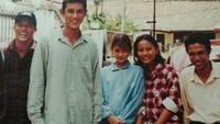<p>Berfoto dengan keluarganya di Bali, Luna remaja terlihat masih imut dan malu-malu, he-he-he. Rambut panjangnya diikat sederhana, yang mempertegas wajah cantiknya. (Foto: Instagram @lunamaya)</p>