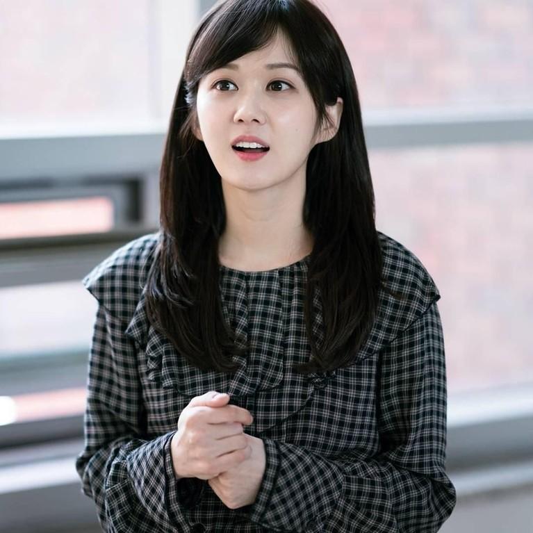 Meski sudah berusia 37 tahun, penampilan Jang Na-ra bak gadis remaja saja ya. Dengan poni samping ini juga membuat wajahnya terlihat manis.