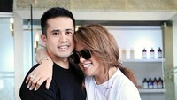 <p>Olla Ramlan dan Aufar Hutapea menjadi pasangan yang selalu menarik untuk diperbincangkan ya, Bun. Pasangan yang terpaut usia enam tahun itu mengikat janji di 2012 silam, bertempat di Masjid Kubah Emas, Depok. (Foto: Instagram @ollaramlanaufar)</p>