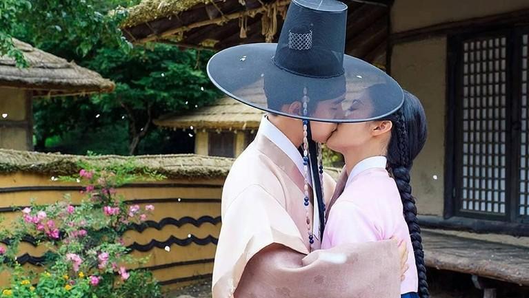 Adegan D.O EXO mencium Nam Ji-hyun menjadi salah satu adegan yang paling romantis dan menghebohkan dalam drama 100 Days My Prince.