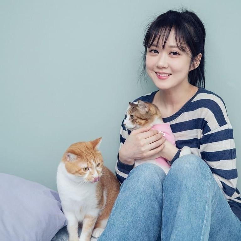 Jang Na-ra tampak menggemaskan saat berfoto bersama kucing peliharaannya.