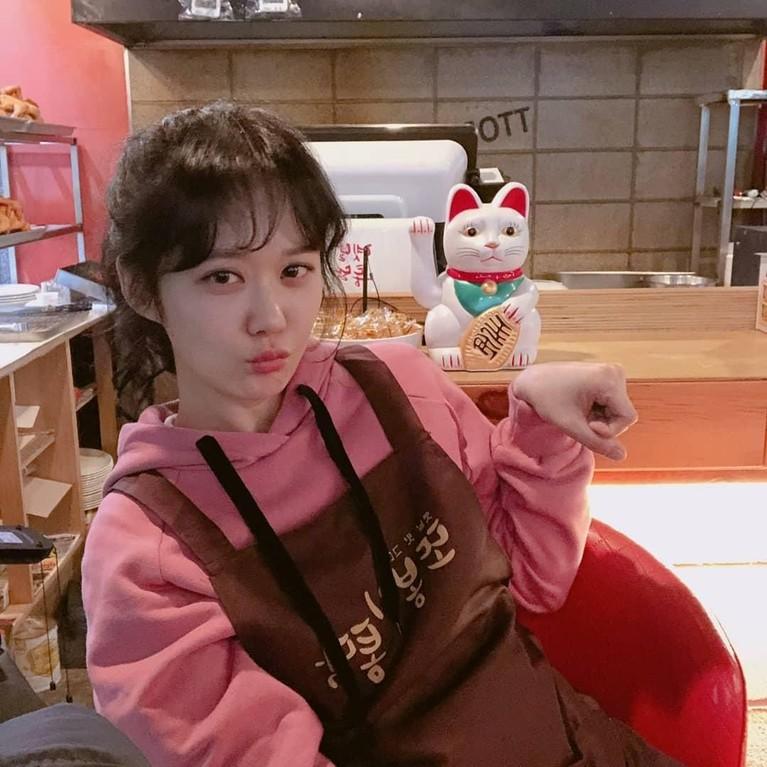 Super gemas, pose Jang Na-ra yang meniru boneka patung kucing rejeki ini semakin membuatnya terlihat seperti anak-anak.