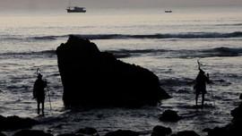 FOTO: Berharap Berkah dari Pencarian 'Nyale'