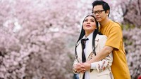 <p>Dewi Gita dan Armand Maulana baru saja merayakan ulang tahun pernikahan yang ke-25. Keduanya menikah di Bandung pada 1994 silam. Pernikahannya langgeng dan harmonis, meski Dewi Gita berusia setahun lebih tua dibanding Armand Maulana.(Foto: Instagram @dewigita01)</p>