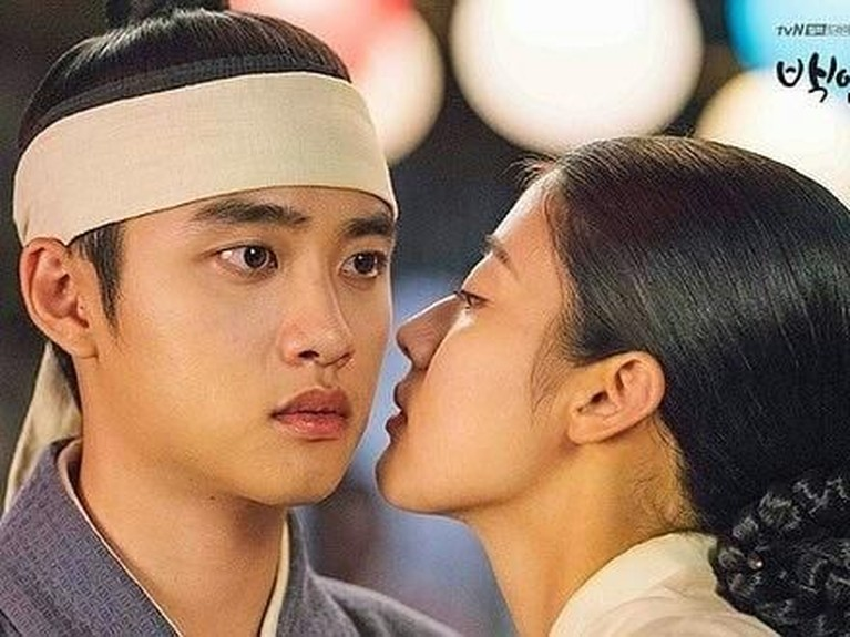 Nam Ji-hyun yang berperan sebagai Hong Shim hendak mencium Pangeran Lee Yool yang diperankan oleh D.O EXO.