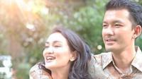 <p>Atiqah Hasiholan resmi dinikahi Rio Dewanto yang berusia lima tahun lebih muda pada 2013 silam. Jelang enam tahun pernikahan, keduanya nampak semakin bahagia dengan kehadiran Salma Jihane Putri Dewanto. Saat menikah, Atiqah berusia 31 tahun, sedangkan Rio masih 26 tahun. (Foto: Instagram @atiqahhasiholan)</p>