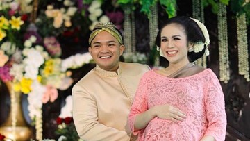Pernikahan Langgeng 10 Bunda Seleb yang Usia Suaminya Lebih Muda