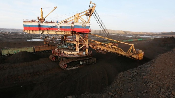 A rotary dredge loads wagons with coal at Borodinsky opencast colliery, owned by the Siberian Coal Energy Company (SUEK), near the Siberian town of Borodino east of Krasnoyarsk, Russia February 26, 2019. Picture taken February 26, 2019. REUTERS/Ilya Naymushin