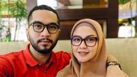 <p>Revalina S Temat dan Rendy Aditya Gunawan mengucap janji sehidup semati di Uluwati, Bali pada 2015 lalu. Reva diketahui berusia tiga tahun lebih tuadari sang suami. Kini, perkawinan mereka terasa semakin lengkap dan berwarna dengan kehadiran dua orang anak. (Foto: Instagram @vatemat) </p>