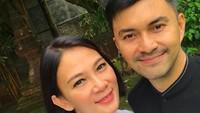 <p>Pasangan yang satu ini kerap disebut sebagai couple goals, karena keromantisan yang tak pernah pudar. Dian Nitami berusia 4 tahun lebih tua dari Anjasmara. Namun, setelah 20 tahun menikah, keduanya tetap bahagia dan langgeng, Bun. (Foto: Instagram @bu_deedee)</p>