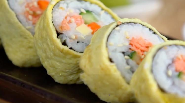 Resep sushi ini mengandung salmon, telur, dan sayur-mayur yang mendukung gizi Bunda. Siap mencoba memasaknya? Mudah banget deh!